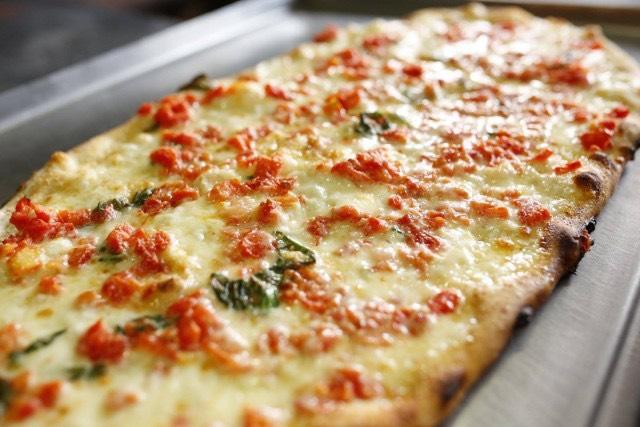 """""""Pizza a Vico"""", tra prodotti a Km 0 e tavoli di cartone"""
